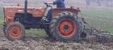 Trattore d'epoca Om 615 con attrezzi agricoli